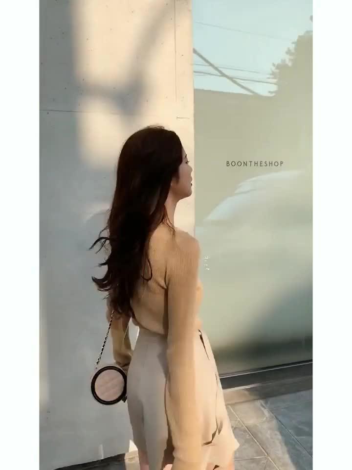 林珊珊 網紅氣質薄款毛針織衫女套頭舒適性感小心機露肩長袖上衣